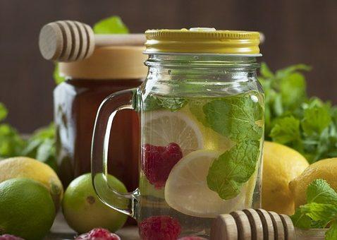 Rózsavizes mézes limonádé gyümölcsökkel